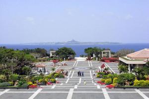 海洋博公園から見た伊江島タッチューの写真(wikipediaより)