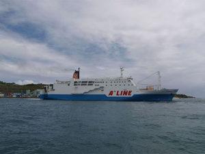徳之島・亀徳港のフェリーの写真